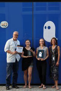 """Den Sonderpreis in der Kategorie Nachhaltigkeit erhielt das Team """"INA – Inklusion für Alle"""": Daniela Hach (2. v. l.) und Patricia Urbas (2. v. r.) erhielten den Funkenwerk Award von Prof. Dr. Norbert Gerth (links) und Laetitia Ory (rechts)"""